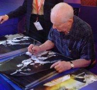 Jim Marshall beim signieren eines Hendrix Posters, Musikmesse 2004